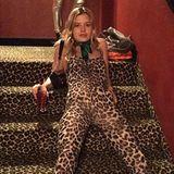 Tierisch wild geht es bei Model Georgia May Jagger zu. Die Tochter von Rolling-Stones-Frontmann Mick legt sich im Leo-Overall einfach mal ganz entspannt auf eine Treppe mit gleichem Muster.