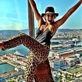 Bar Refaeli begeistert uns via Twitter immer mit neuen Bildern und Outfits. Diesmal ist sie bestens gelaunt mit schicker Leo-Pri