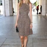 Dank des abstrakten Leomusters wirkt das Michael-Kors-Sommerkleid von Doutzen Kroes verspielt und verführerisch zugleich.