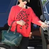 Zumindest ein paar Leoparden-Flecken sind auf Taylor Swifts rotem Sweater zu sehen.