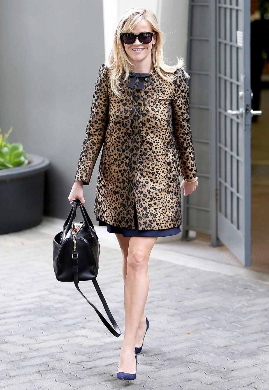 Ganz schön herzig, dieser Leo-Mantel! Reese Witherspoon trägt ein Model von REDValentino mit kleiner schwarzer Schleife und kombiniert dazu eine Sonnenbrille von Tom Ford sowie halbhohe, spitze Pumps.