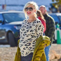 Auch hochschwanger hat Gwen Stefani noch Spaß im Ski-Urlaub. Mit auffälligem Leo-Print-Pullover und der senfgelb-grünlichen Winterjacke ist sie dabei auch ein echter Blickfang.