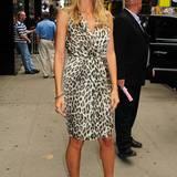 Heidi Klum ist ein großer Fan von Animal-Print: In New York zeigt sie sich in einem Chiffon-Kleid von L'Agence.