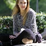 Jessica Alba trägt Leo-Print auch gerne in der Freizeit auf dem Spielplatz.
