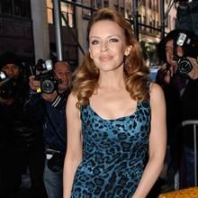 Im blauen Leo-Print-Kleid hat Kylie Minogue die volle Aufmerksamkeit der Fotografen.