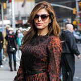 Eva Mendes macht ihrem ausgezeichneten Modegeschmack mit diesem Leo-Print-Chiffonkleid von Dolce & Gabbana alle Ehre.