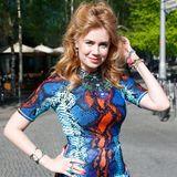 Schlangen-Lady: Ein echter Hingucker ist Palina Rojinski im farbenfrohen Mini-Dress mit Snakeskin-Optik bei einem Event in Berlin.