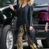 Beim sonst schwarzen Outfit muss für Fergie wenigstens die Leo-Print Hose ein Blickfang sein.