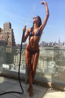 """Sexy Abkühlung über den Dächern von New York. Izabel Goulart, die Freundin des deutschen Fußballers Kevin Trapp, ist unangefochten die Spielerfrau mit dem heißesten Body. Kein Wunfer, dass sie auch für das Wäschelabel """"Victoria's Secret"""" läuft."""