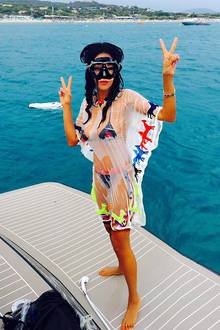 Auch Verona Pooth schickt ihren Fans im schwarz-roten Bikini bestens gelaunte Urlaubsgrüße. Sie genießt Spontaneität und Spaß in St. Tropez.