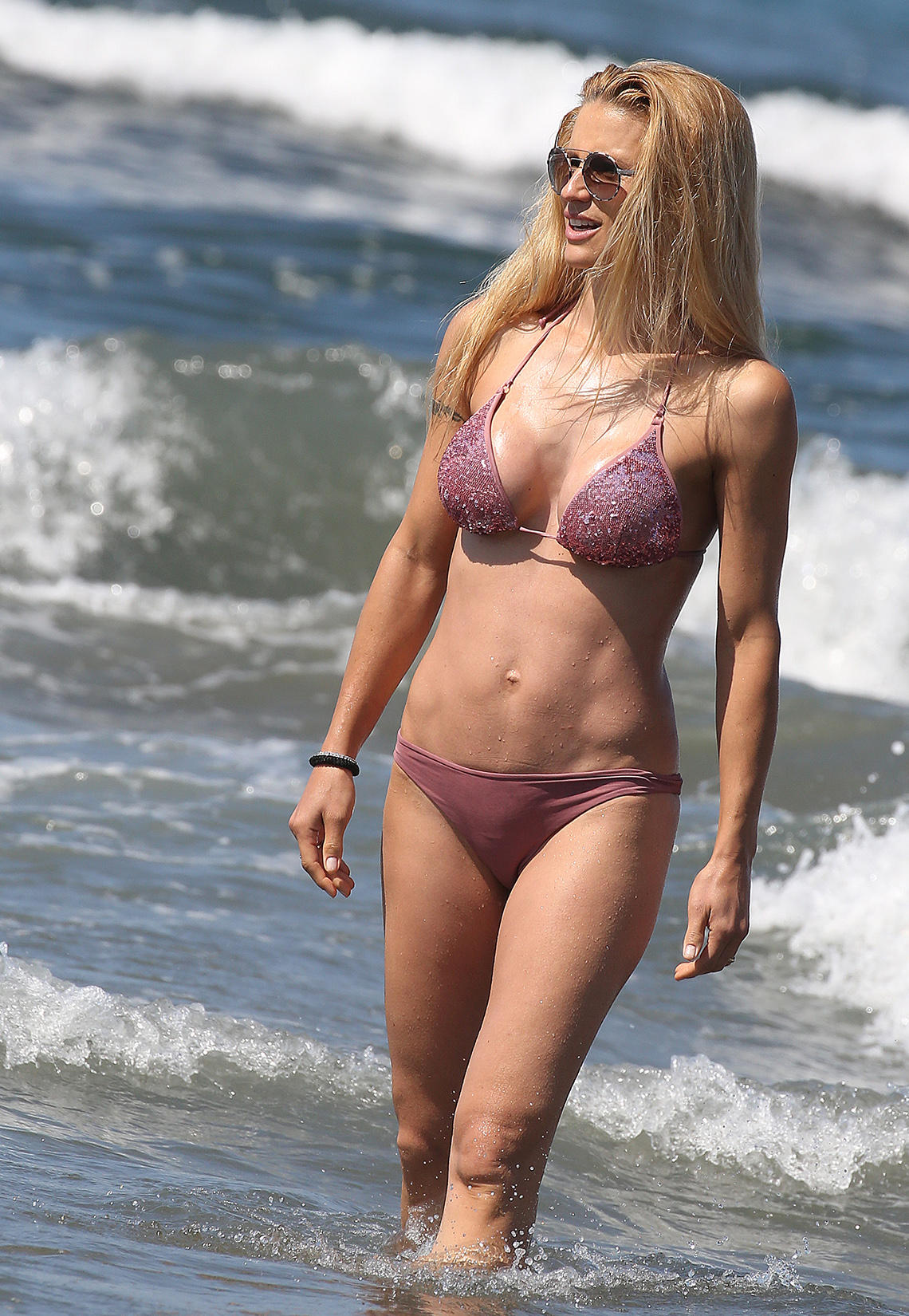 Mit dem altrosafarbenen Bikini mit Pailletten bringt Michelle sogar Glamour an den Strand. Und wir fragen uns, mit welchem Workout man nach drei Kindern so fantastisch aussehen kann.
