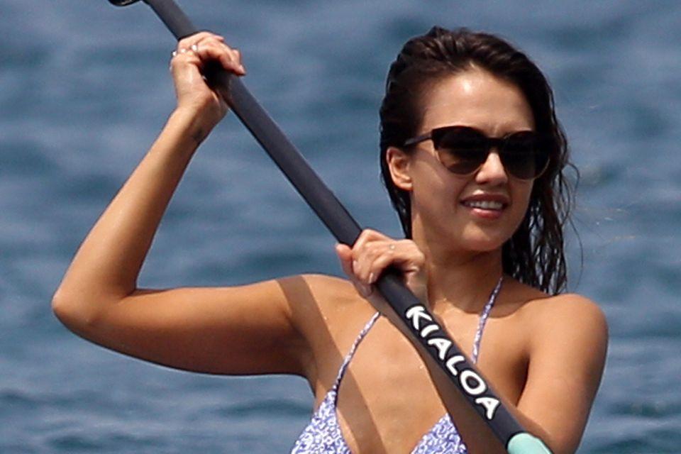 Beim Paddling auf offenem Meer hüllt Jessica Alba ihre traumhaften Kurven in einen süßen Bikini mit Paisley-Muster in Lila und Weiß.