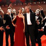 """Die Regisseure Jessica Woodworth und Peter Brosen werden von den Darstellern des Films  """"La cinquième Saison"""" umgarnt."""