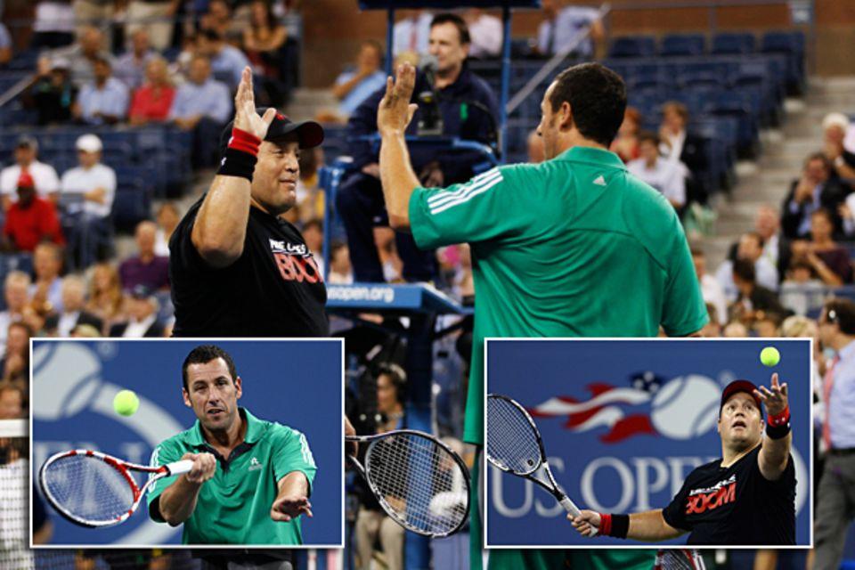 Auch die US-Comedians Kevin James und Adam Sandler liefern sich ein Match auf dem Tennisplatz.