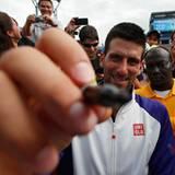 Novak Djokovic ist abseits des Center Court zu Scherzen aufgelegt.
