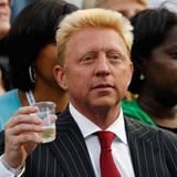 Boris Becker gönnt sich während des Finales der Damen ein kleines Getränk.