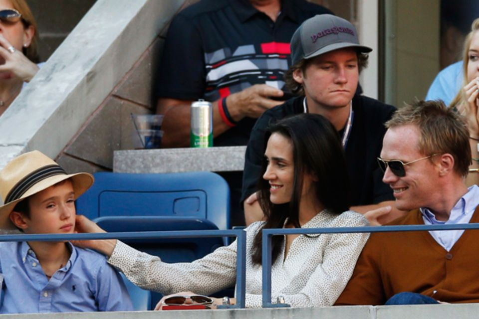 Jennifer Connelly und Paul Bettany sind mit ihrem Sohn Stellan am Center Court dabei.