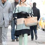 Ihre Fans lieben sie für ihr Stilgespür. Auch bei diesem Look beweist sie ihr feines Styling-Näschen, wenn es um Farben geht. Zum Morgenspaziergang im kalten New York hat sich Jessica Alba kuschelig warm in mint-grün und nude und eingepackt.