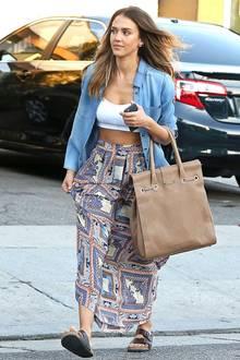 """Auch im luftigen Outfit macht Jessica eine super Figur! Der """"Sin City""""-Star stylt zur weiten Ethno-Hose von Tolani ein bauchfreies Top von Topshop und mixt dazu ein lässiges Jeans-Hemd. Mit dem Birkenstock-Modell """"Arizona"""" und einer Jimmy Choo-Tasche komplementiert sie ihren legeren Look."""