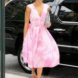Zu ihrem sonnengeküssten Teint trägt Jessica Alba eine leicht ausgestellte Robe von Antonio Berardi in abgewandelter Schlangenleder-Optik. Dazu wählt die Leinwandschönheit schimmernde Plateau-Schuhe von Brian Atwood und eine Clutch von Saint Laurent, die das Muster des Kleides gekonnt wieder aufgreift.