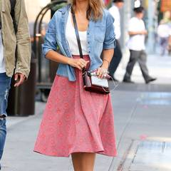 Zum Spaziergang darf es für Jessica Alba gern etwas gemütlicher sein! In einem süßen Sommer-Outfit bestehend aus einem floralen Rock und einem Top (H&M) schlendert Jessica durch die New Yorker Straßen. Zu ihrer günstigen Kleidung kombiniert die schöne Brünette eine Handtasche von Mary Katrantzou (ca. 1900 €).