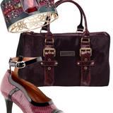 Armreif mit Kristallbesatz, von Swarovski, ca. 320 Euro. Bordeauxrote Samttasche  von Kate Moss for Longchamp, ca. 1400 Euro. Pe