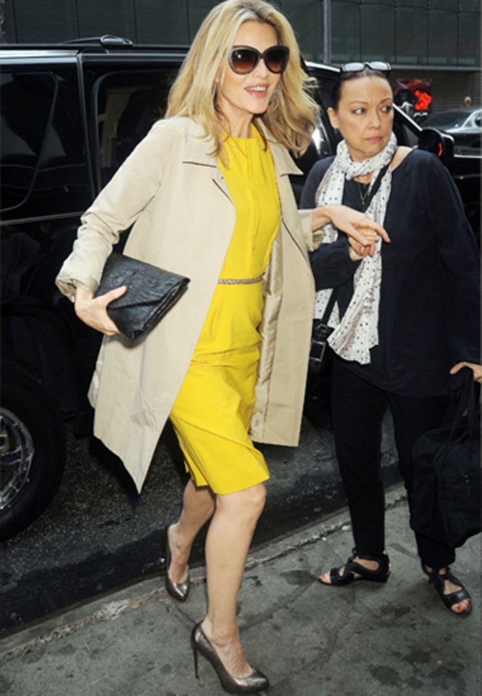 50+ Michelle Pfeiffer strahlt in ihrem sonnengelben Kleid und den goldenen Pumps genauso wie vor 20 Jahren