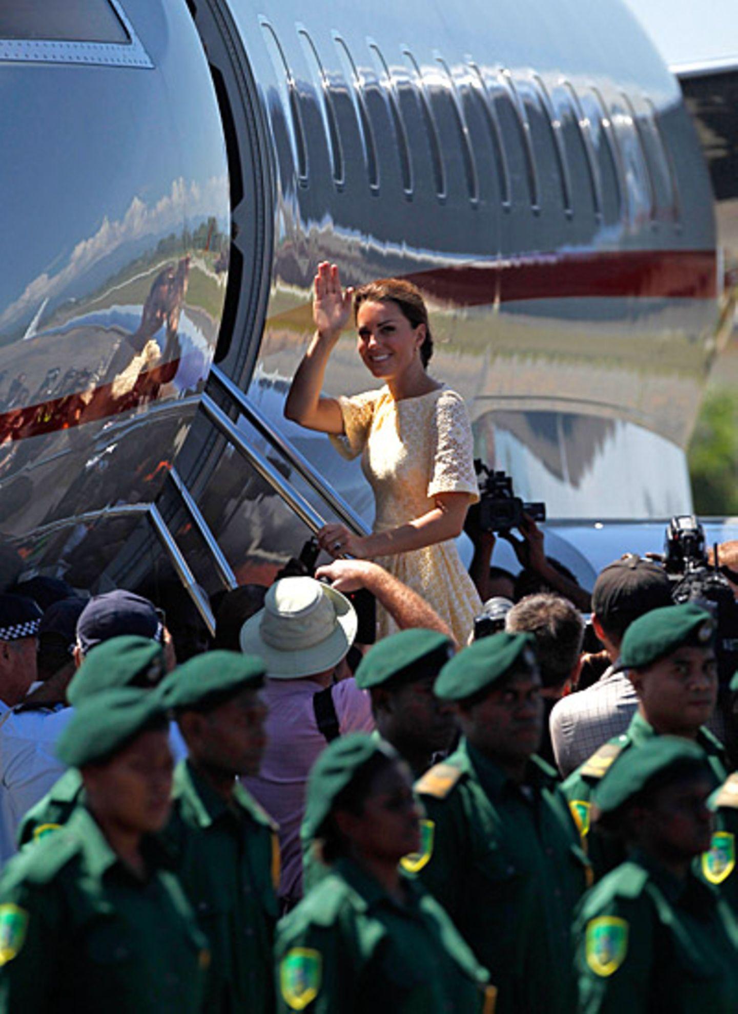 Strahlend verabschiedet sich Herzogin Catherine von den Bewohnern der Salomonen.