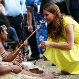 Interessiert möchte Catherine mehr über die Kultur der Salomonen-Bewohner erfahren.