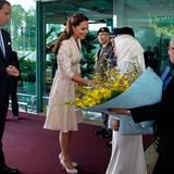 William und Kate werden mit großer Spannung in Singapur erwartet. Hunderte Fans und Journalisten begrüßen das Paar bei der Ankun