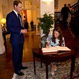 Prinz William und Herzogin Catherine tragen sich dort auch in das Gästebuch der Stadt ein.
