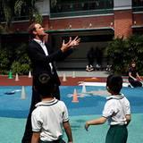 ... spielt William mit den Kindern draußen eine Runde Basketball.