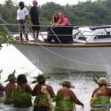 """Weiter geht's nach Marapa Island, wo Frauen eine """"Shark Ceremony"""" aufführen."""