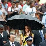 Das royale Pärchen besucht ein kulturelles Dorf in Honiara. Trotz leichtem Regen sind zahlreiche Schaulustige gekommen, um einen
