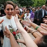 ... und Kate schüttelt zahlreiche Hände.