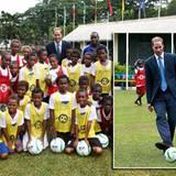 Prinz William zeigt den Jungen von Honiara seine Künste beim Kicken.