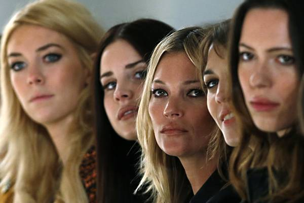 Dicht an dicht sitzen Vanessa Kirby, Lana Del Rey, Kate Moss, Alexa Chung und Rebecca Hall (v.l.) zusammen, um sich die Mulberry