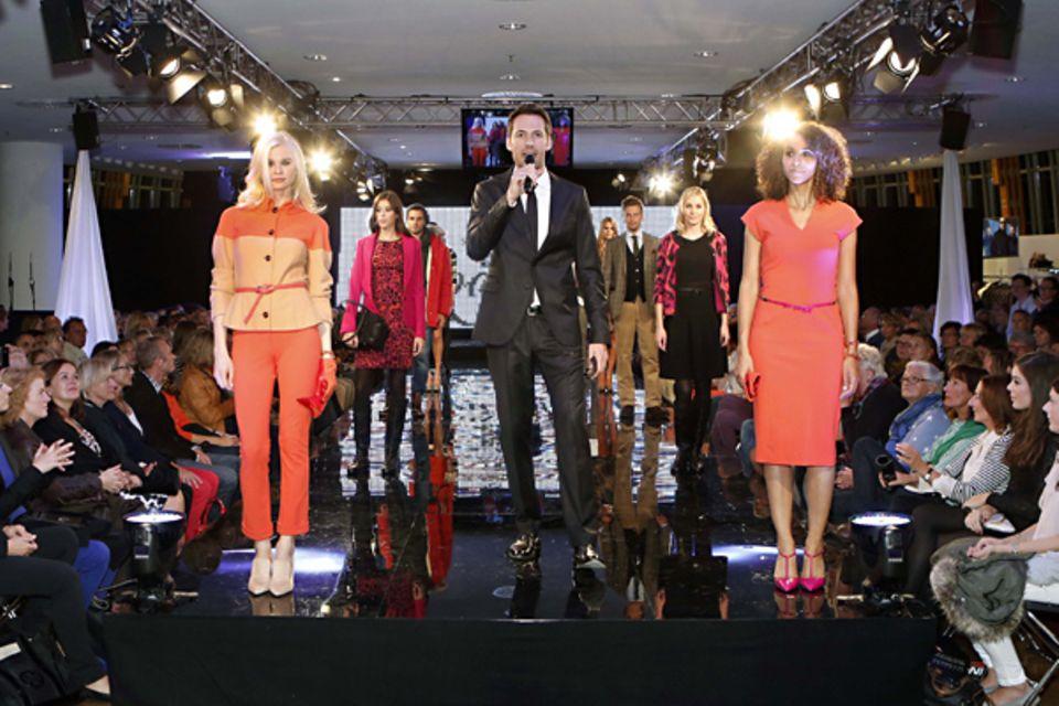 Gibt es etwas Schöneres?! Moderator Alexander Mazza ist umringt von gut gekleideten Models.