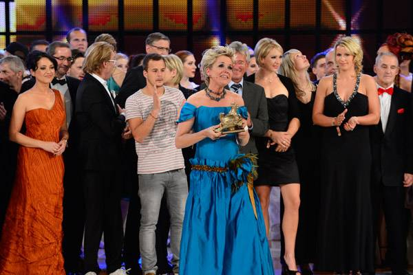 """Zu Tränen gerührt nimmt die Moderatorin und Gastgeberin des Abends, Inka Bause, den Ehrenpreis der Jury in der Kategorie """"Legend"""