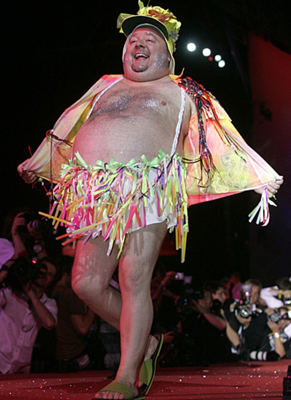 """Dieser Bauch war sein Markenzeichen, den Dirk Bach bei einer Modenschau anlässlich des """"Life Balls"""" in Wien 2007 freudestrahlend"""