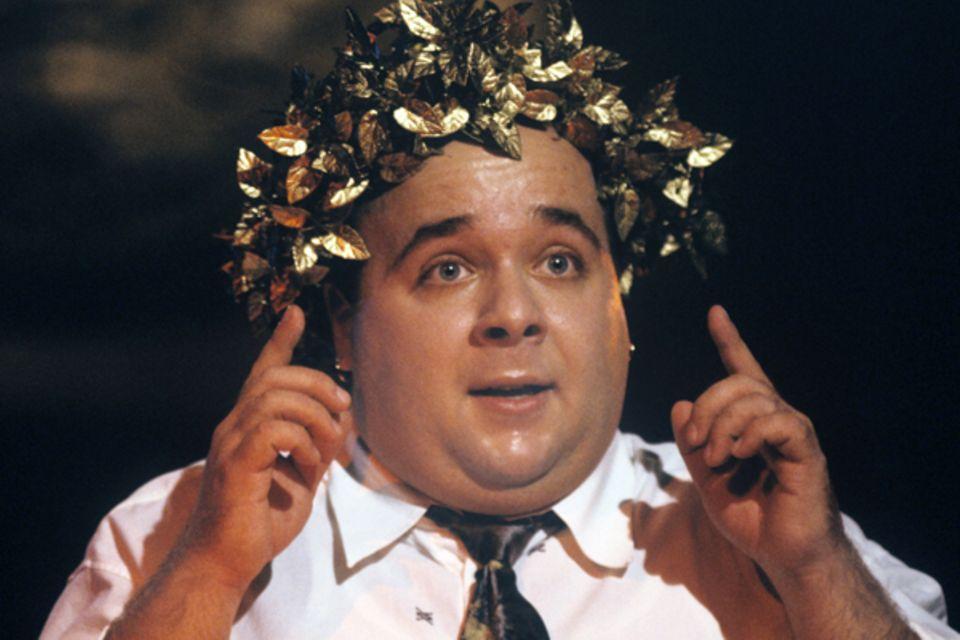 Seit Ende der 1970er Jahre spielt Dirk Bach Theater. Der Autodidakt hat nie eine Schauspielschule besucht. Trotz Erfolgen als Mo