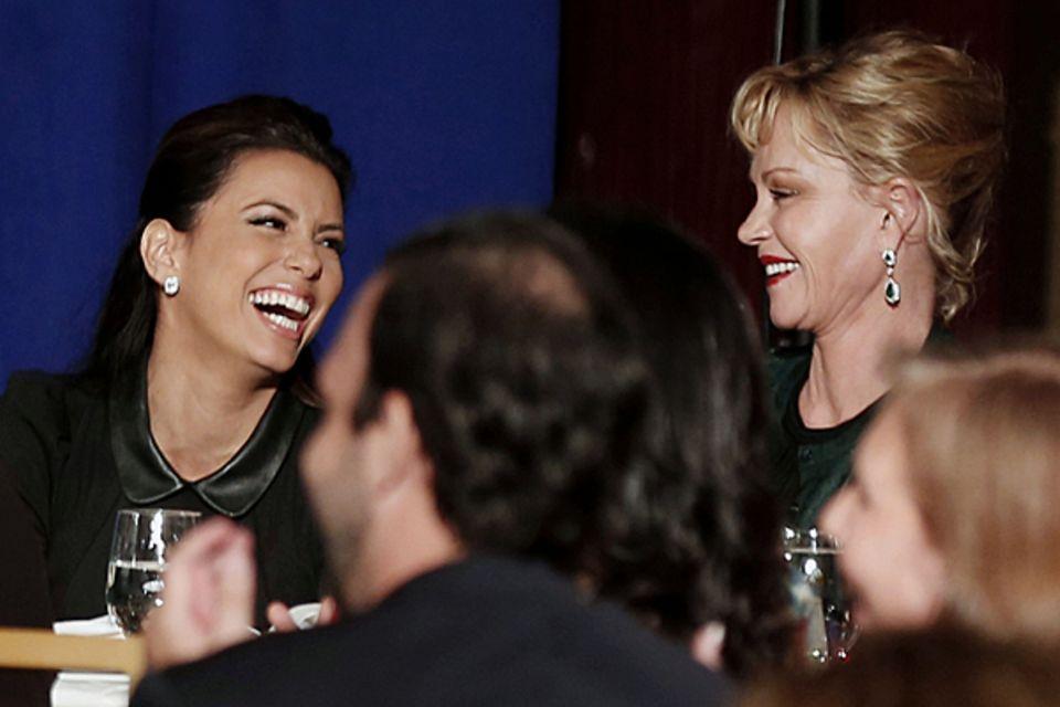 Eva Longoria und Melanie Griffith haben Spaß an einer Wahlkampfveranstaltung in Miami, bei der Barack Obama spricht. Longoria is