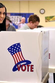 Sängerin Katy Perry hat Barck Obama im Wahlkampf fleißig unterstützt und kann ihm jetzt mit ihrer Stimme zum Wahlsieg verhelfen.