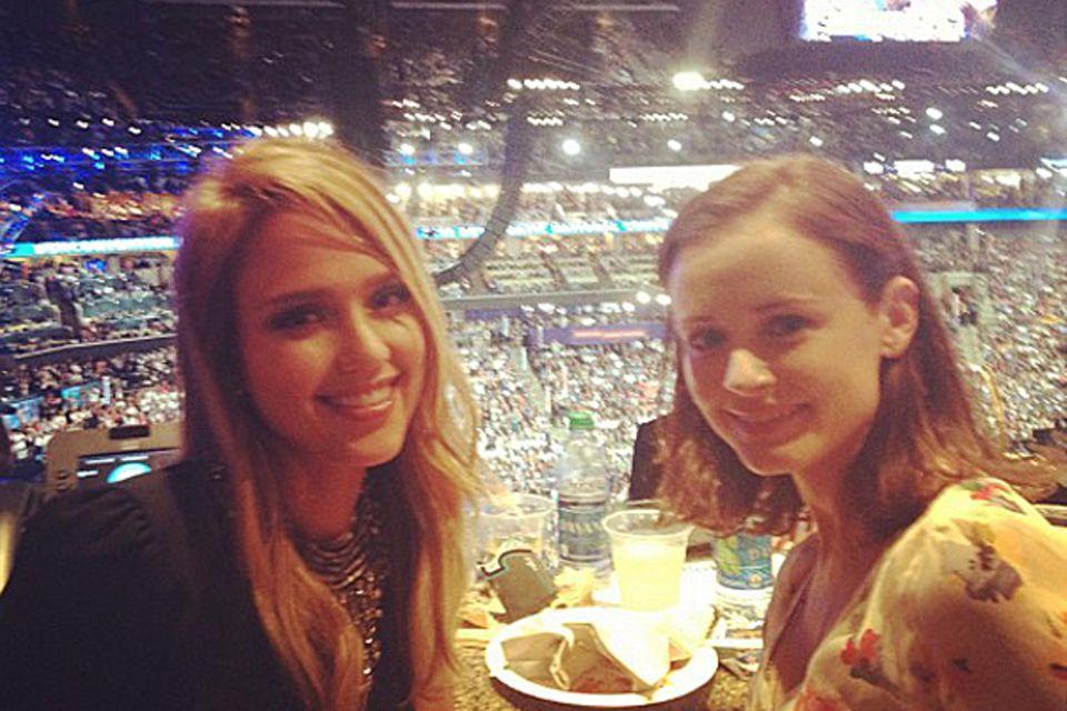 Stars unter sich: Beim Parteitag der Demokraten trifft Alexis Bledel auf Jessica Alba. Gemeinsam unterstützen die beiden Schausp