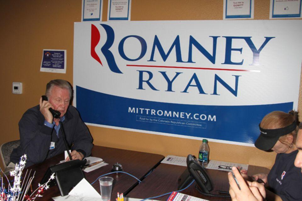 Jon Voight macht in Las Vegas Wahlkampf für Mitt Romney. Dabei ruft er einige potenzielle Wähler sogar persönlich an.