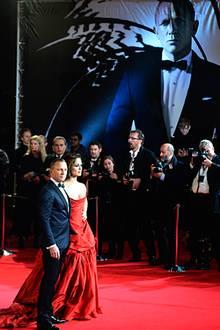 Daniel Craig und Berencie Marlohe posieren für die Fotografen ...