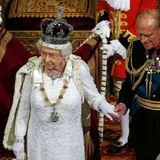 """Juni 2014  Neues Jahr, neue Parlamentseröffnung: Prinz Philip, in der Uniform des """"Captain General"""" der königlichen Marine, schreitet neben seiner Frau."""