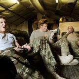 Wenn Harry im Auslandseinsatz ist - wie hier in Afghanistan - zockt er gerne mal eine Runde mit seinen Kameraden auf der PlayStation.