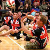 """Dieses Spiel geht nicht in die """"Warrior Games""""-Wertung ein: Vor Beginn der Spiele trifft sich Harry mit den Mitgliedern der britischen Mannschaft auf eine Partie Sitzvolleyball."""