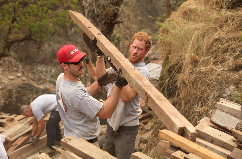 25. März 2016: Prinz Harry hilft Militär Veteranen beim Bau einer Schule, die bei einem Erdbeden im nepalesischen Lapubesi zerstört wurde.